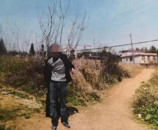 """嫌疑人指认现场。 本文图片均来自""""邵东公安""""微信公众号"""