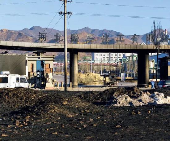 爆炸之后,河北盛华化工有限公司大门外及周边区域,一片焦黑。摄影/本刊记者 董洁旭