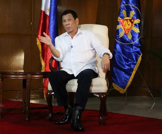 ▲2018年11月7日,菲律宾总统杜特尔特在马尼拉接受新华社等中国媒体的联合采访。(新华社)