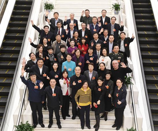 """政协会议间隙,科协、社科、新闻出版界别的委员们拍摄了一张""""全家福""""。"""