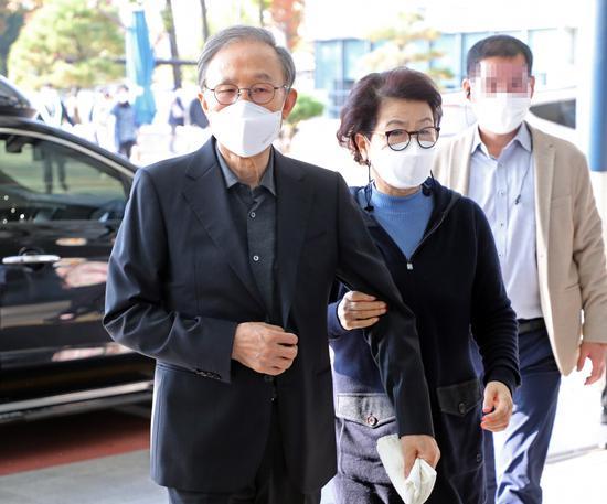 78岁李明博入狱前现身医院:面容消瘦 夫人紧紧搀扶