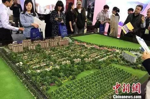 民衆在2017年北京春季房展會上的某樓盤展臺諮詢。中新網 程春雨 攝