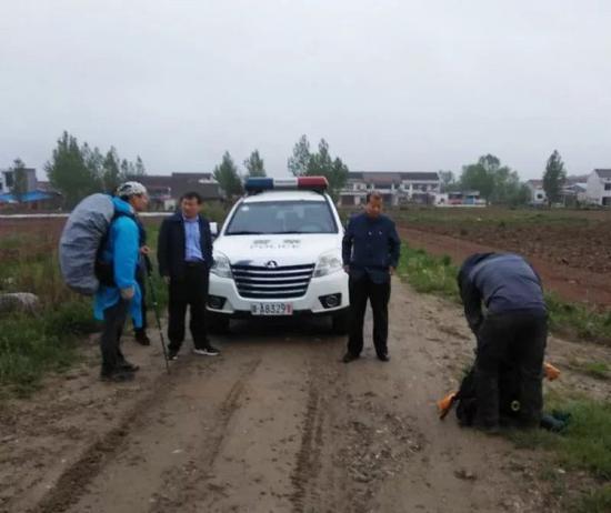警方工作人员正在对驴友进行劝返。陕西省林业厅供图