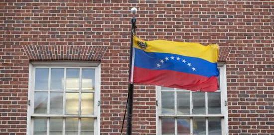 美國華盛頓哥倫比亞特區喬治城,委內瑞拉駐美國大使館懸掛的委內瑞拉國旗。東方IC 圖