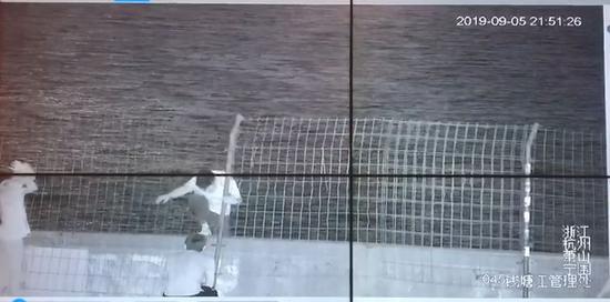 张某某毁坏护栏从中翻出