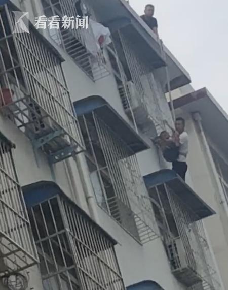 萌娃被卡5楼防护窗 救援时他的一句话逗乐全场人|萌娃