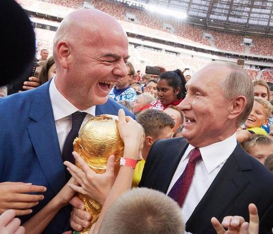 普京和FIFA主席因凡蒂诺在卢日尼基体育场 图源:爱尔兰《太阳报》