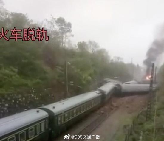 一列客运火车在湖南郴州永兴县境内侧翻 机头着火图片