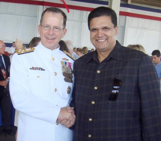 """资料图片:""""胖子莱昂纳德""""(图右)与前美海军作战部长麦克马伦上将(图左)合影。(图片来源于网络)"""