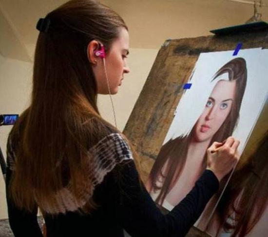 彩铅是重灾区。比如这位名叫Heather Rooney的画家,每张彩铅作品都忠实地还原照片,大家感受一下(下图)。国内也有不少画家这么画,技术还没她好。