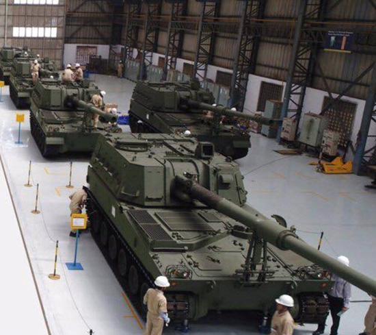 "L&T公司的工人正在生产名为""金刚""155毫米自行火炮。该火炮其实是韩国的K-9自行火炮。2017年4月,印度与韩国签署了引进100辆K-9自行榴弹炮的合同,成交价达6.46亿美元。"