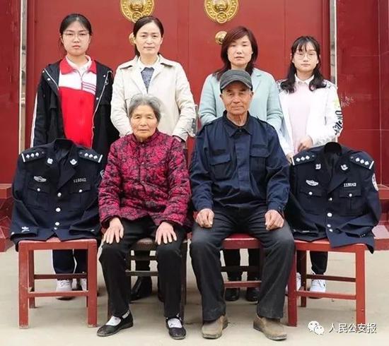 后排右二、右一为张福运妻女,左二、左一为诸葛夫贤妻女。