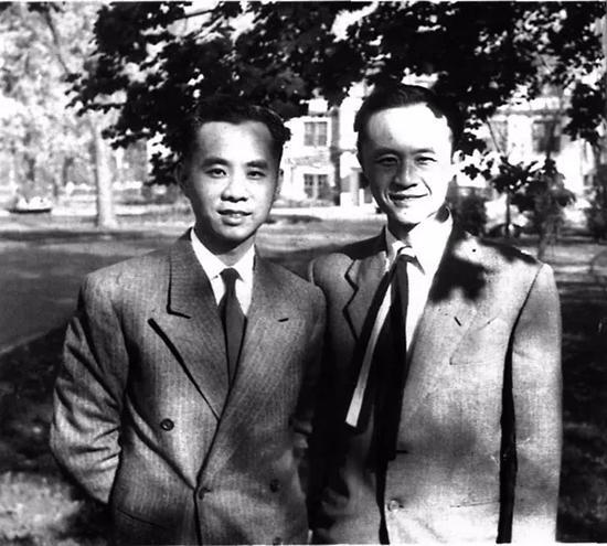 1956年黄仁宇(右)与其弟黄竞存的合影。当时,年届三十八岁的黄仁宇尚在密歇根大学,一边打工赚钱,一边攻读新闻系的硕士,而其弟早已获得博士学位,正执教于圣母大学。