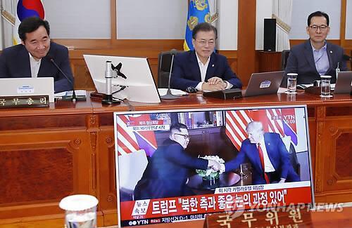 文在寅在青瓦台看直播 (图片来源:韩联社)
