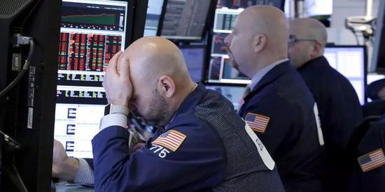 ▲华尔街遭遇了自2016年1月以来表现最糟糕的一周,三大股指全线下跌。(美联社)