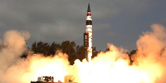 此前导弹裸露安装在发射架上。