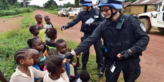资料图片:中国驻非洲维和部队与当地儿童亲密互动。(图片来源于网络)