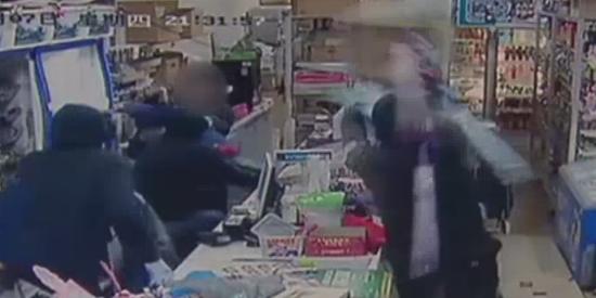 视频:墨尔本小超市被抢 华人小伙以一敌四击退抢匪