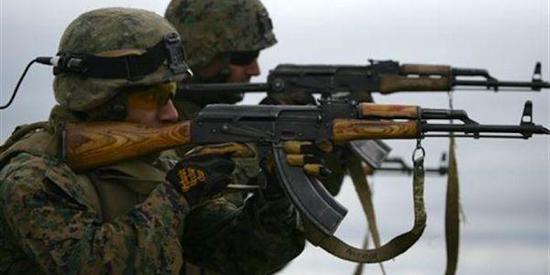 资料图片:美海军陆战队员使用AK-47步枪打靶。(图片来源于网络)