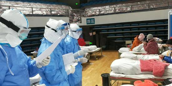 武昌方舱医院的医护人员对患者问诊。受访者供图