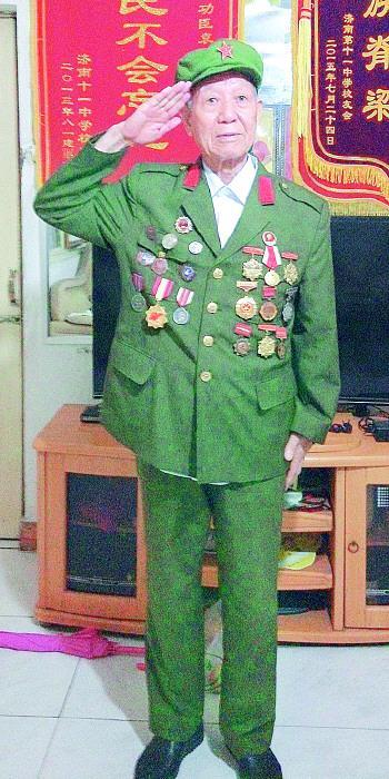 袁永福是一位身经百战的老英雄。生活日报 图