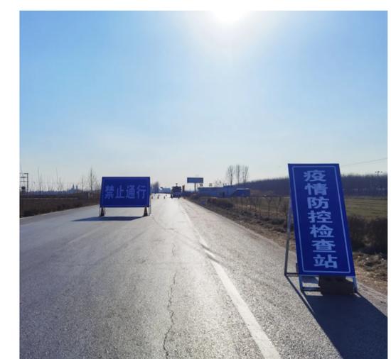1月2日,石家庄市藁城区增村镇小果庄村附近的省道上竖着醒目的蓝色标志牌。