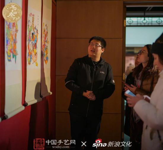 80后杨柳青木版年画传承人郭津伟现场为记者介绍新年画。