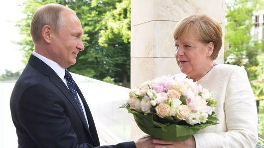 视频-德媒称普京送花是侮辱默克尔 克宫反驳:那叫