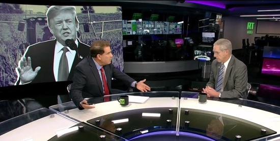 今日俄罗斯电视台主持人(左)采访约翰逊(右)(视频截图)
