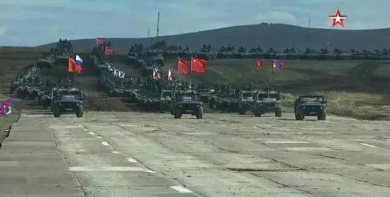 等待检阅的中俄蒙联军战车