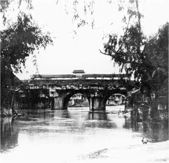 目前所见唯一一张沈从文三十年代拍摄的凤凰虹桥。