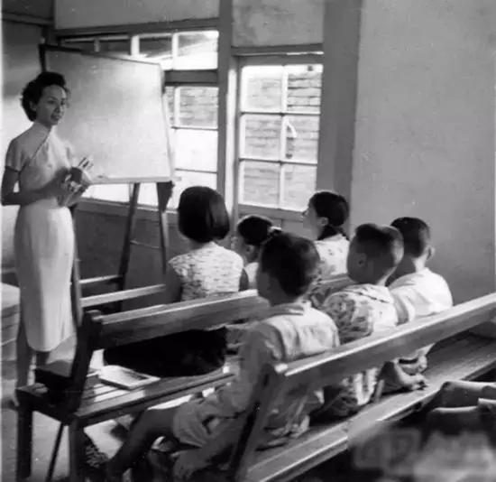 年轻的叶嘉莹先生为孩子们上课。