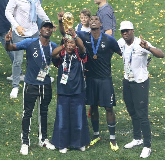 圖?7月15日,法國隊球員博格巴與母親在比賽後慶祝。(新華社記者徐子鑑攝)