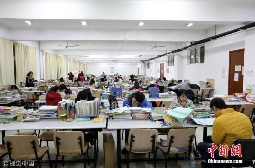 资料图:近百名大学生在自习室内备考。 图片来源:视觉中国
