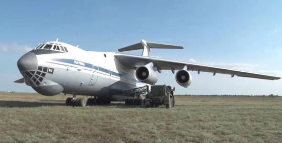 """▲伊我-76MD停稳后,事后待命的空中减油车立刻出动为其弥补燃料。(""""昔日俄罗斯""""电视台视频截图)"""