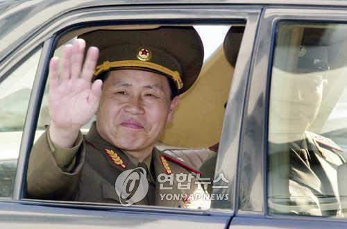资料图片:2004年6月4日,朝方代表、朝鲜人民武力部少将安益山在第二次韩朝将军级军事会谈结束后离开会场并挥手致意。(图片来源:韩联社)