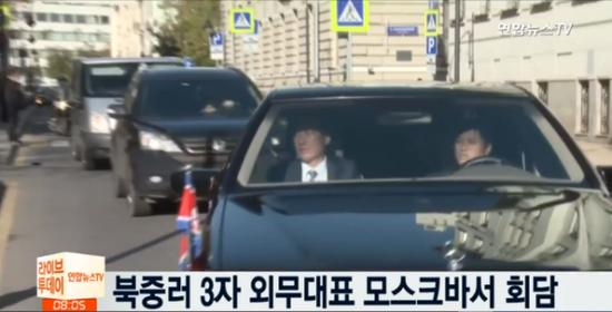 9日上午,朝鲜代表团车队进入会场(韩联社视频报道截图)