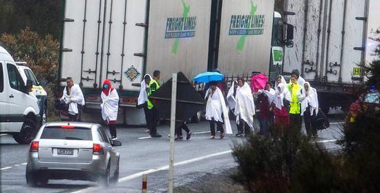 ↑年夜巴车侧翻变乱中的幸存者分开现场 图据新西兰前驱报中文网