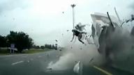 """卡车失控撞上隔离带 司机""""飞""""出车外"""