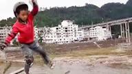 7岁男孩河堤上走钢丝 父亲:只为锻炼儿子的意志