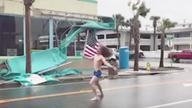 """美国男子挥舞国旗迎战""""弗洛伦斯""""飓风"""