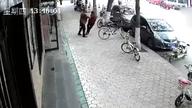 男子撞倒78岁老人致其骨折 同伴扔下2元后离开