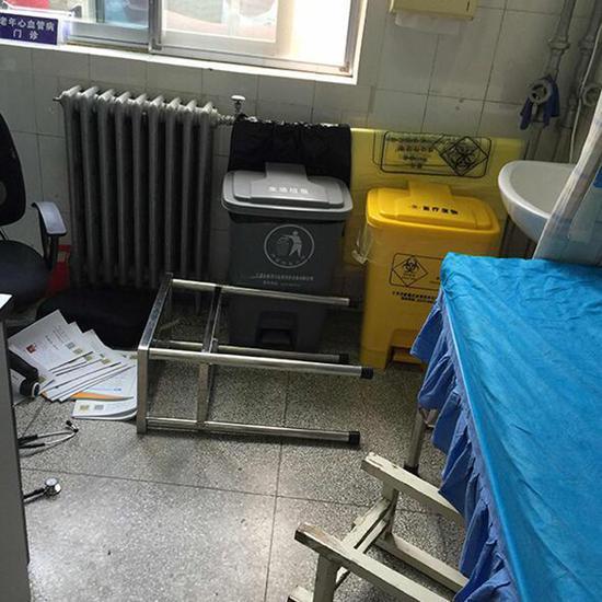 江凤林告诉澎湃新闻,冲突中,凳子被踢翻。