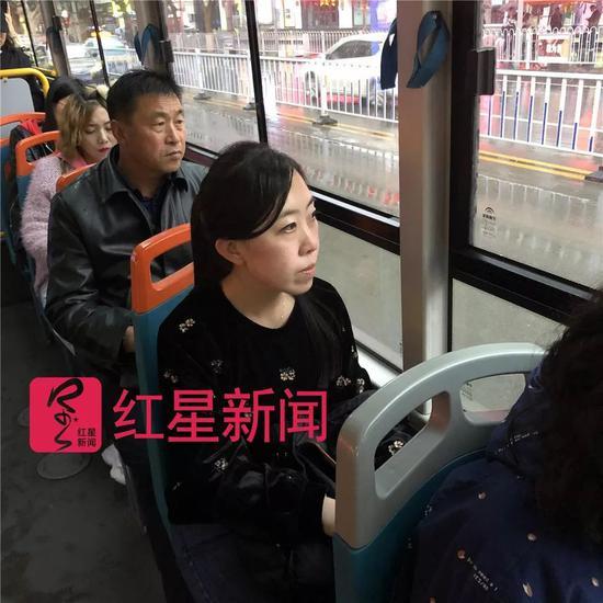 ▲ 乘公交车上班的杨丽娟。图片来源红星新闻