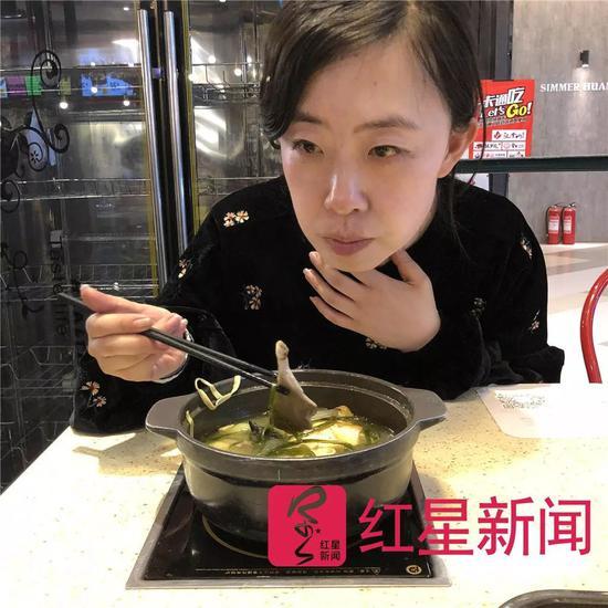 ▲吃饭时提起往事,杨丽娟流下了眼泪。图片来源红星新闻