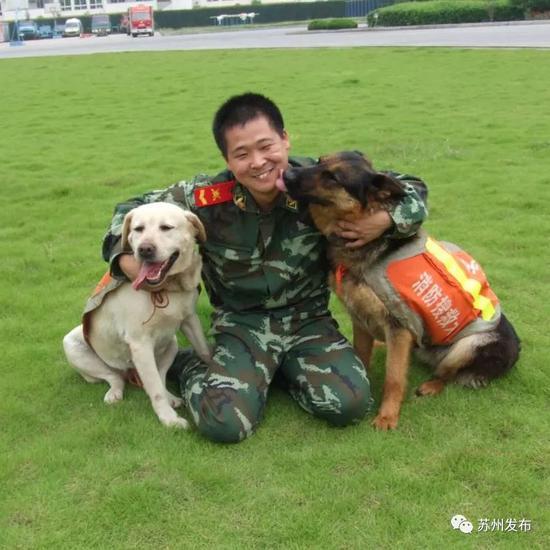 斯道(左)和佳佳(右)和训导员赵功明在一起