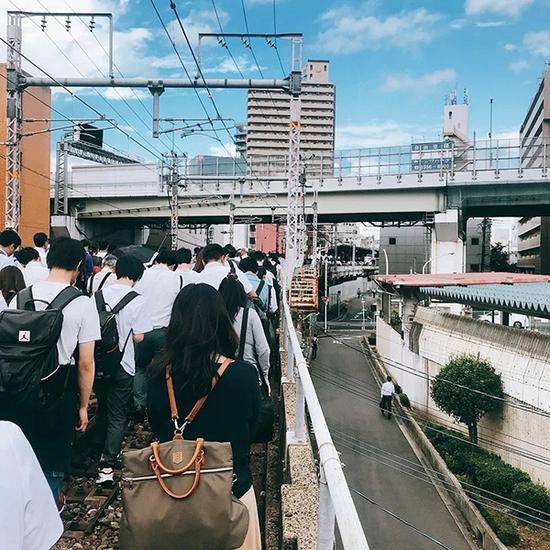 沿着电车沿线撤离的人群