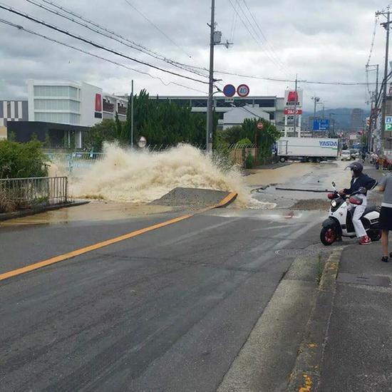破裂的水管造成的水压冲出柏油路面
