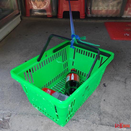 封城下武汉杂货铺:晾衣杆递货 像封闭的高中时代图片
