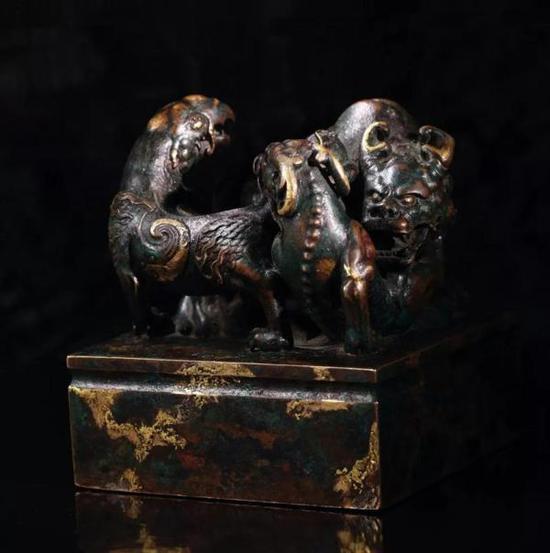 """乾隆三年(1738年)制,铜点金异兽钮""""乾隆御览之宝""""宝玺"""